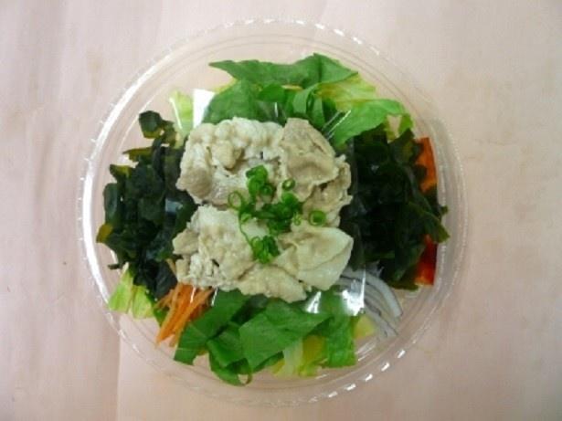 ロメインレタス、ワカメ、豚バラ肉などを合わせた「振って食べる韓国風おつまみサラダ」(430円)。果物のおいしさを加えた旨辛のコチュジャンドレッシング付き