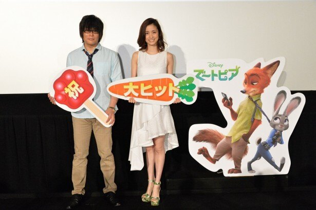 「ズートピア」大ヒット舞台あいさつに登壇した森川智之、上戸彩(写真左から)