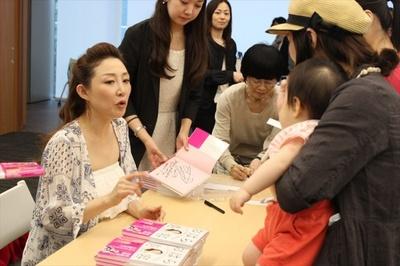 イベント後は、来場者と丁寧に言葉を交わし、サイン本を手渡した