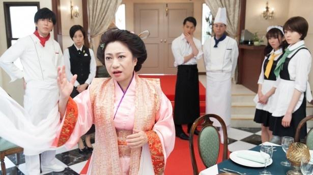 【写真を見る】山村紅葉も楊貴妃役で田辺のレストランにやってくる!