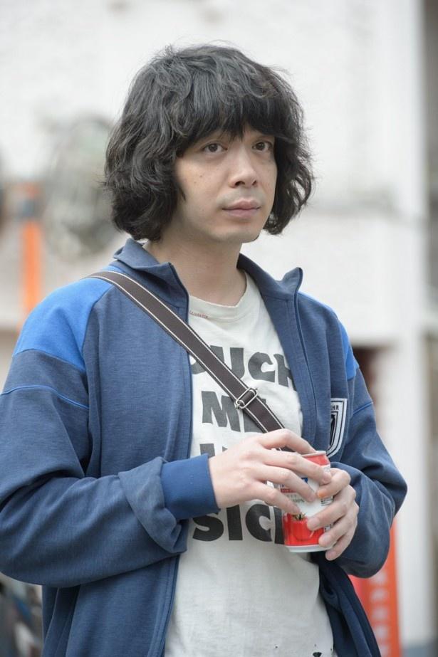 峯田は、うだつの上がらないダメ男・一択を演じる