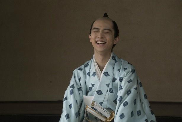 【写真を見る】殿役・羽生結弦のハニカミ笑顔がかわいい!