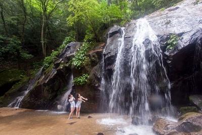 天然の滝壺シャワーでひんやり涼もう!