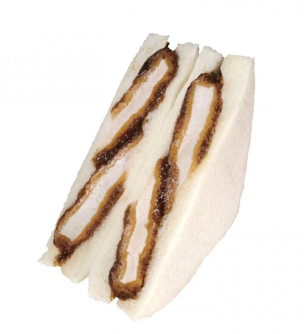 素材と製法にこだわった、高付加価値タイプのサンドイッチ「ソースたっぷりカツサンド」(398円)。肉の旨味が際立つ特製ソースが染み込む