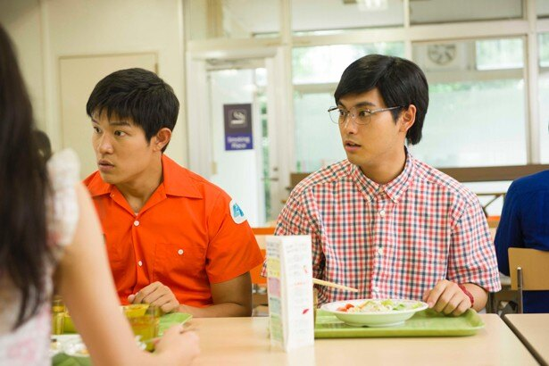 鈴木は大学生になった色丞狂介を演じている