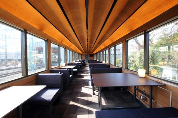 話題のレストラン車両。大きな窓でまるで,豪華なレストランのよう