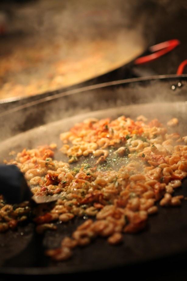 【写真を見る】パエリアは米とショートパスタ、2種類の味を楽しめる