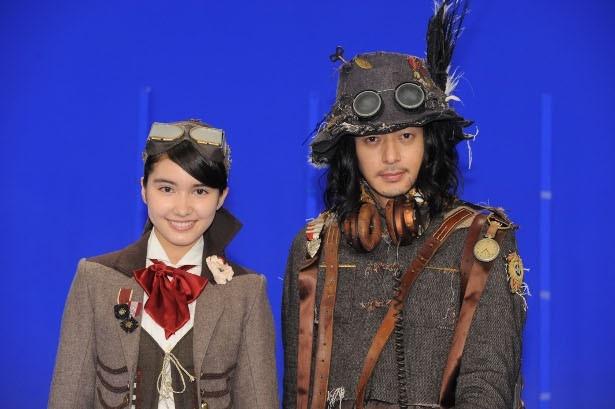 斎藤アリーナと、オダギリジョーは劇中の衣装で登場した