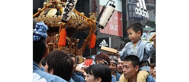渋谷区の人たちによる神輿も威勢よく練り歩いた