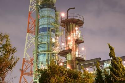 光に照らされて幻想的な雰囲気を醸しだす夜の工場