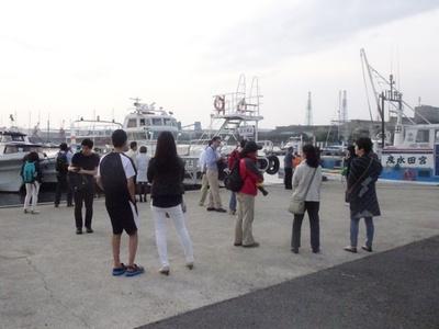 乗船を待つ参加者