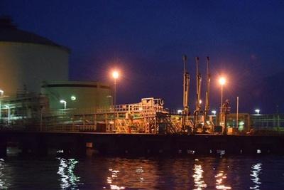 暗闇の中で幻想的に光る工場夜景