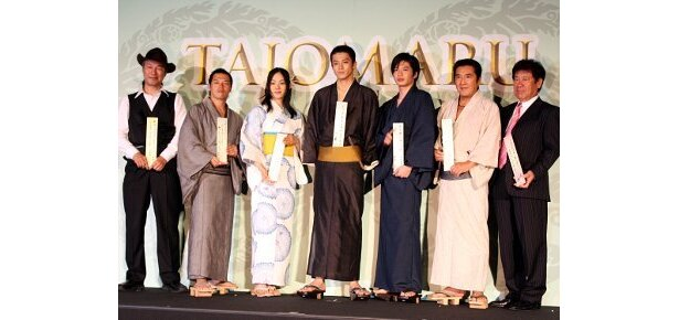 左から:中野裕之監督、やべきょうすけ、柴本幸、小栗旬、田中圭、松方弘樹、山本又一郎プロデューサー