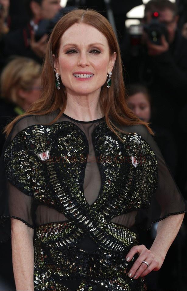 大胆なデザインの黒いドレスで登場したジュリアン・ムーア
