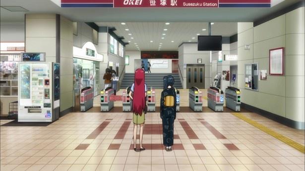 【写真を見る】8話で遊佐恵美と、異世界からやってきたクレスティア・ベルこと鎌月鈴乃の待ち合わせシーンなどたびたび劇中で描かれた「笹塚駅」