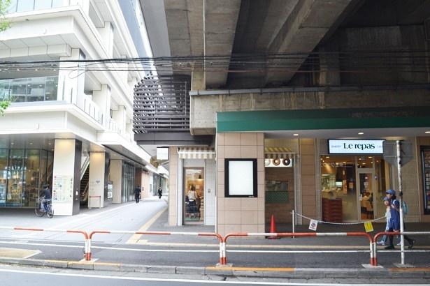 笹塚駅から続く高架下にさまざまなショップが軒を連ねる「京王クラウン街 笹塚」(「笹塚駅」)