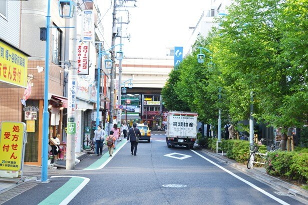 幡ヶ谷駅前の通りには、「鮨みやび」をはじめ、さまざまな店が並んでいる (「鮨みやび」)