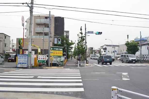 駐車場の看板など、アニメではほぼそのまま描かれている(「笹塚一丁目東交差点」)
