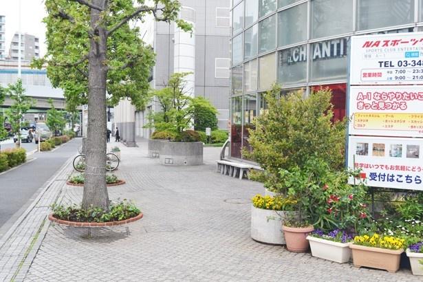 交差点に面した位置にある、スポーツクラブが入ったビルなどもアニメに登場(「笹塚一丁目東交差点」)
