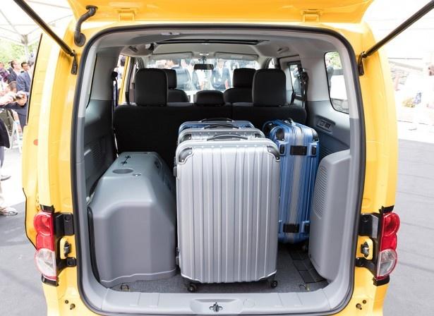 大型の旅行トランクを立てた状態で4個収納可能だ!