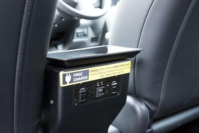 ACコンセント2個の他、スマホの充電に便利なUSBポートを設ける