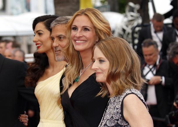 『マネーモンスター』のプレミアで、監督を務めたジョディ・フォスター、ジョージと共演したジュリア・ロバーツらと共にレッドカーペットに参加したアマル