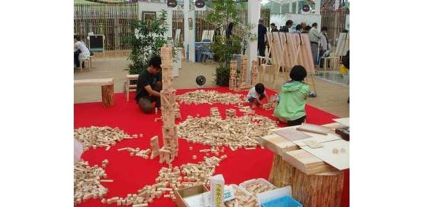 子供も大人も真剣に積み木に挑戦!