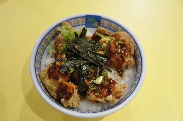 カラアゲとご飯、温泉卵のハーモニーがおいしい「金のカラアゲ丼」