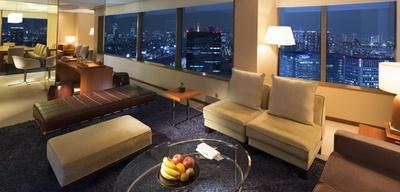 【写真を見る】都心ながら喧騒を感じさせない高層階のラグジュアリーなホテル