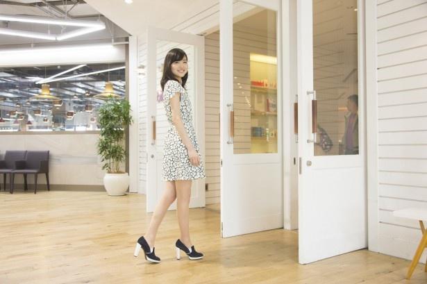 【写真を見る】さっそく店内へ!白を基調とした入口は爽やかな雰囲気