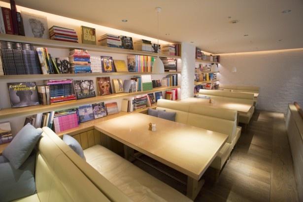 """数人でゆったりできるソファ席も。billsの内装は、""""レストランター、ビル・グレンジャー氏の家に招かれたようなスタイリッシュ&アットホームな雰囲気""""がコンセプト"""