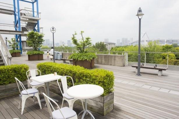 海風が心地よいテラス席からは、レインボーブリッジも一望できる。夜はロマンチックな雰囲気なので、デートにもおすすめ