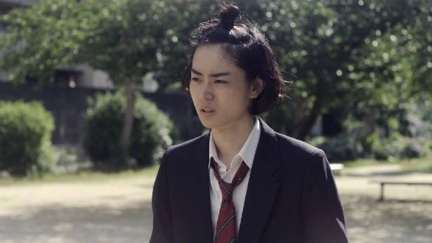 北原裕也(菅田将暉)は泰良に興味を持ち、近寄ってくる