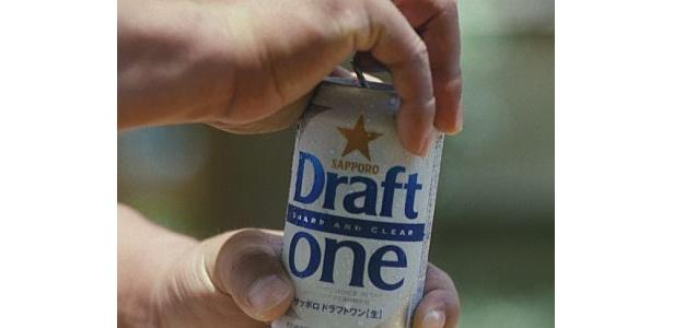 プシュッと缶を開ける清原さん
