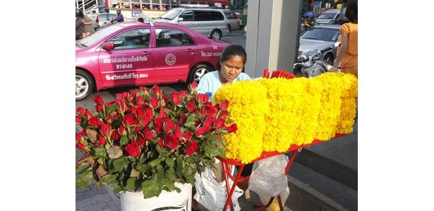 プーム(祠)をはじめ、お祈りができるスポットの周辺には、花や線香などを売る店が出ている