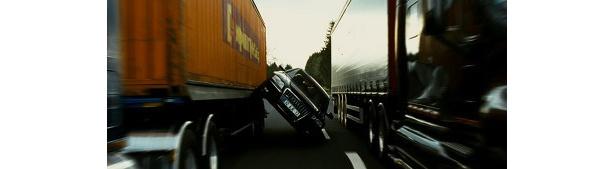 片輪走行でトラックの間を通り抜けるなんてのは、小手調べだ!