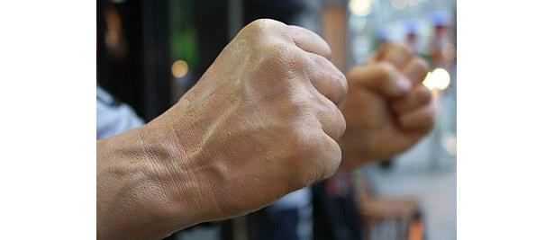 血管が浮き出たこのリアルな拳!