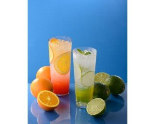 スライスした果実が爽やかさを引き立てる「ブラッドオレンジスパークリング」「フレッシュライムスパークリング」(各390円)