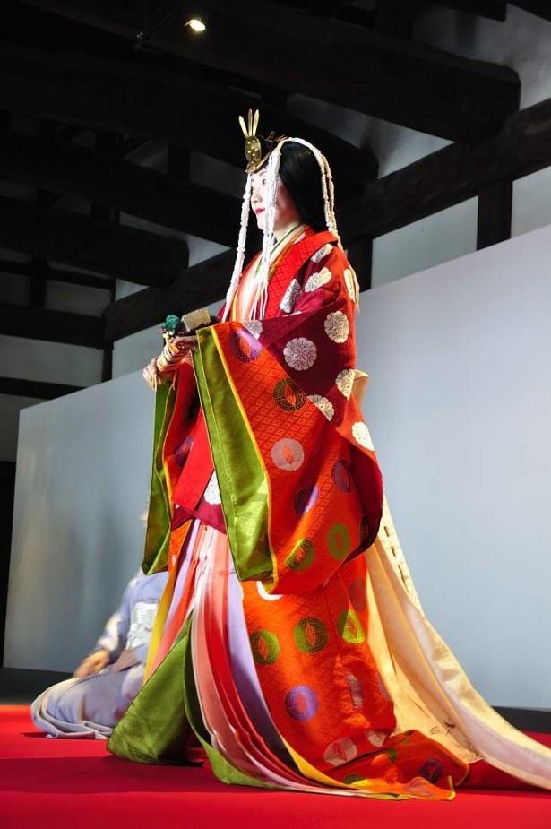 二条城御台所の特設ステージでは平安装束の十二単の着付けも披露された。美しい色の重なりに会場からはため息が漏れた。なお重さは約18キロもあるそう