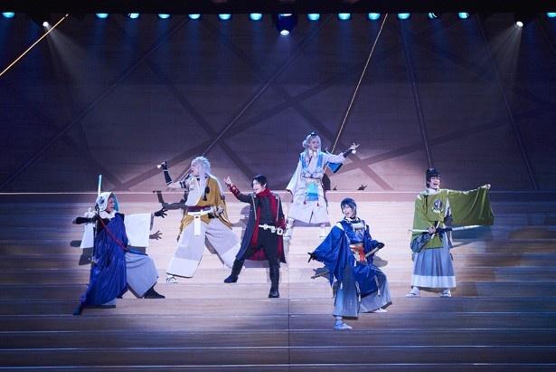 刀剣男子たちが舞い歌うミュージカル「刀剣乱舞」が開幕