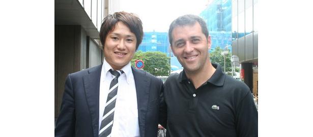 スクールコーチを務める原拓也氏(左)と、FCバルセロナ・スクール部門トップのミケル・プッチ氏(右)