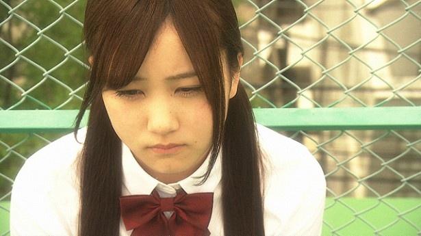 乃木坂46・星野みなみが、つい父親を無視したり反抗的な態度を取ってしまう女子高校生・綾花を演じる