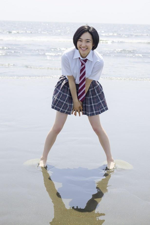 【写真を見る】見よ、このまぶしい笑顔!海辺×素足の女子高生にドキッ