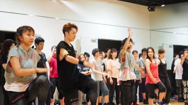 参加者と一緒にレッスンを実践するTETSUYA。時に参加者にアドバイスをするシーンも見られた