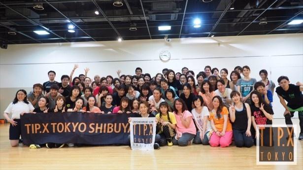 参加者80名とTETSUYAの記念撮影。共に汗をかいた仲間同士、笑顔がまぶしい