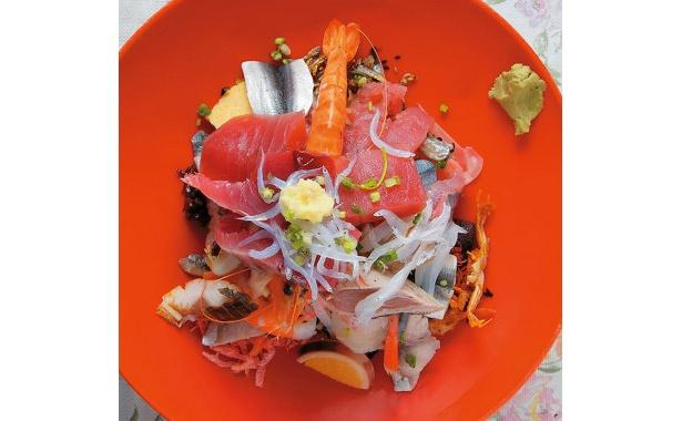 うまっ!な海鮮丼。魚の種類の多さは港町ならでは