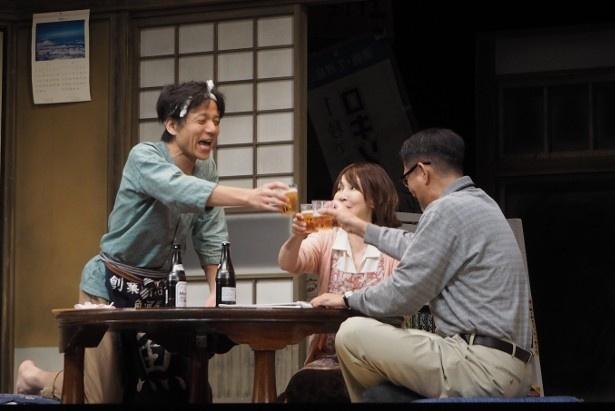 フランス特使の来日に舞い上がる三人(左:勝村政信、中央:YOU、左:中井貴一)。アドリブのようなセリフのやり取りに、観客も爆笑必須