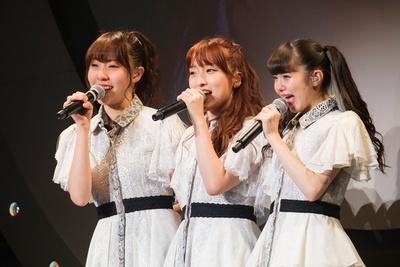 『引っ越しました』を披露した左から藤江れいな・梅田彩佳・市川美織。(C)NMB48