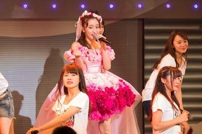 2016年3月31日、Zepp Nambaで卒業コンサートを行った梅田彩佳(中央)。(C)NMB48