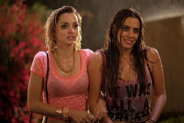 セクシー美女を演じたアナ・デ・アルマス(写真左)とロレンツァ・イッツォ(写真右)